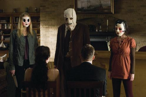 Liv Tyler and Scott Speedman (seated), terrorized by The Strangers.